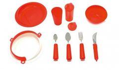 Punainen ruokailuvälinesetti aterimilla