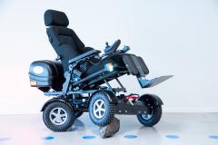 Four X DL sähköpyörätuoli istuinhissillä